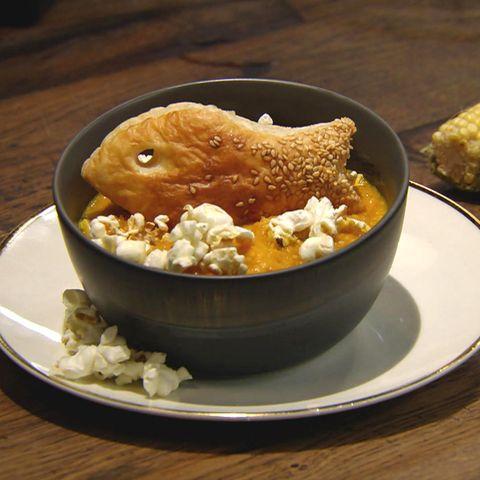 Mais-Möhren-Suppe mit Blätterteig-Crackern