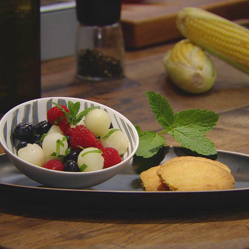 Süße Polenta-Kekse mit Obstsalat: Rezept aus der Kochshow essen & trinken Für jeden Tag