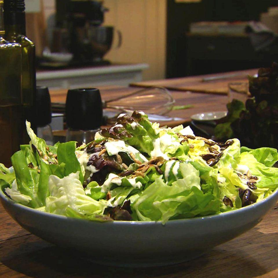 Grüner Salat mit Sahne-Vinaigrette und Kernen: Rezept aus der Kochshow essen & trinken Für jeden Tag