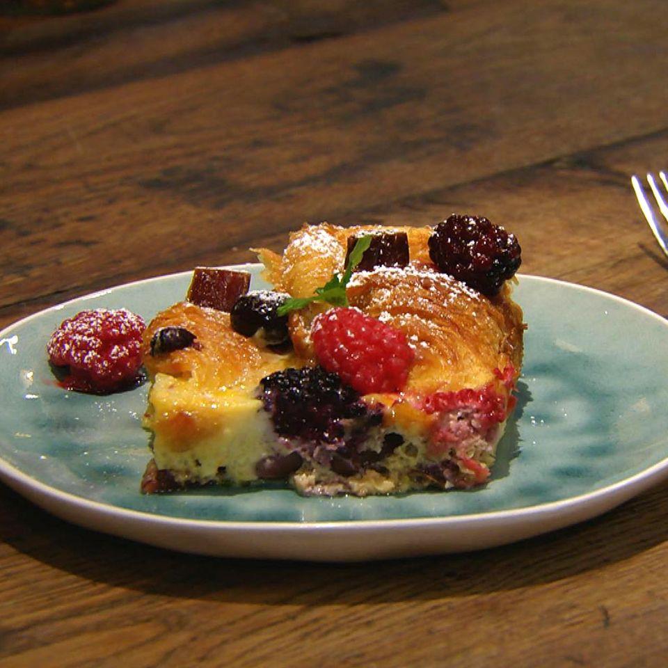 Croissant-Auflauf mit gemischten Beeren: Rezept aus der Kochshow essen & trinken Für jeden Tag