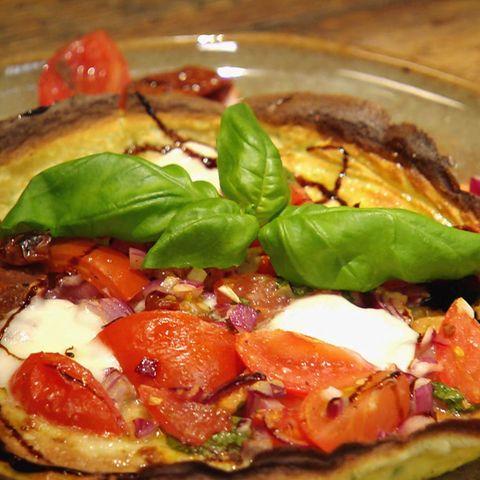 Pfannkuchen Caprese mit Balsamicocreme: Rezept aus der Kochshow essen & trinken Für jeden Tag