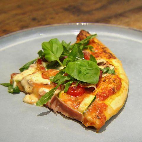 Knusprige Pizza mit Rauke und Schinken: Rezept aus der Kochshow essen & trinken Für jeden Tag