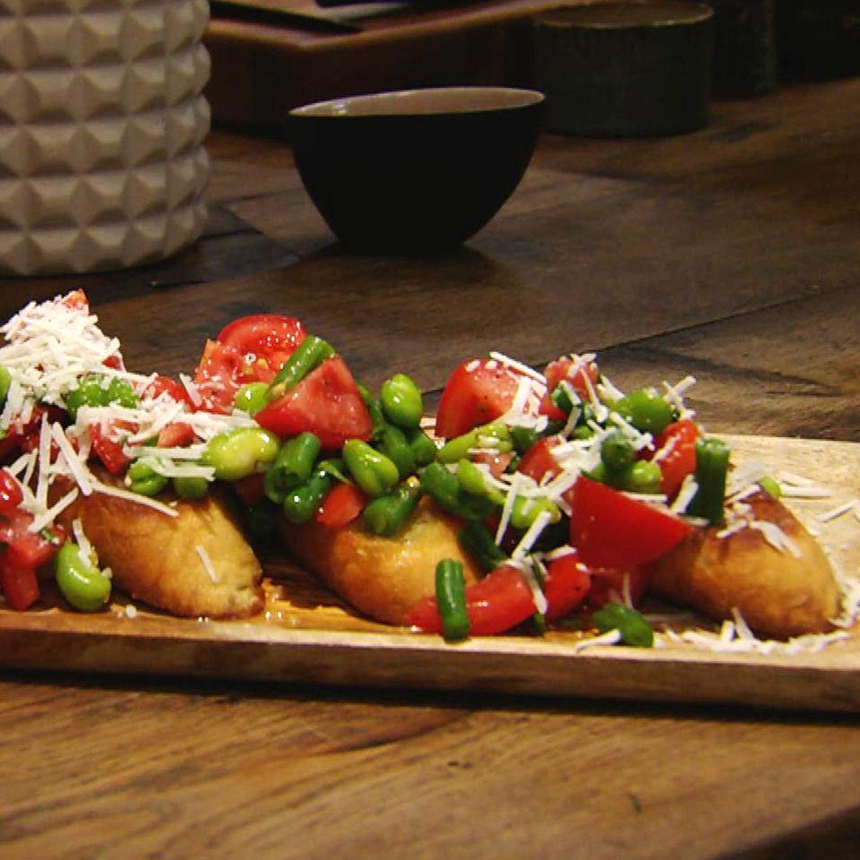 Bohnen-Tomaten-Bruschetta: Rezept aus der Kochshow essen & trinken Für jeden Tag