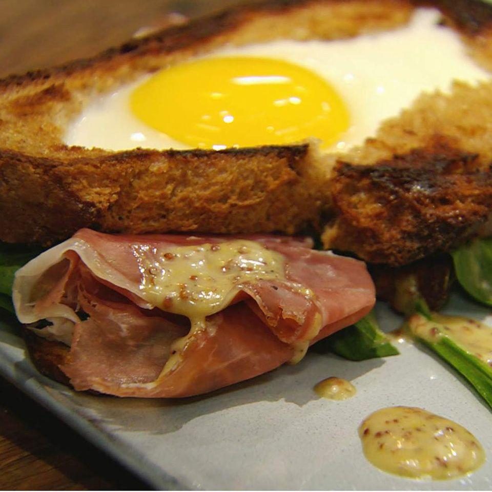 Belegtes Spinat-Ei-Brot mit Schinken