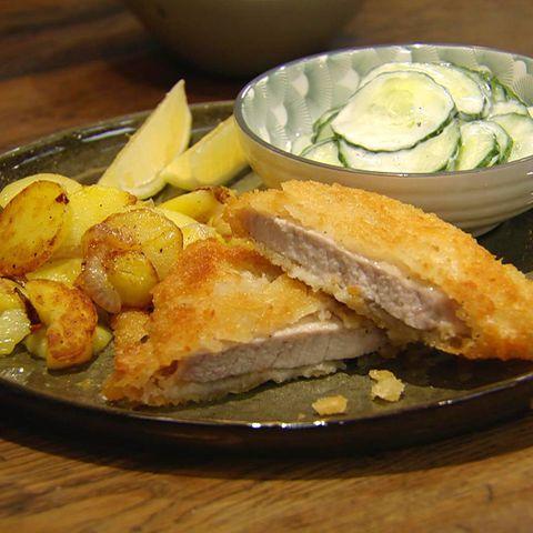 Knuspriges Schnitzel mit Bratkartoffeln und Gurkensalat: Rezept aus der Kochshow essen & trinken Für jeden Tag