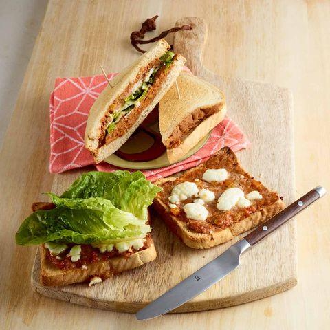 Sandwich mit Hack, Salat und Ziegenfrischkäse