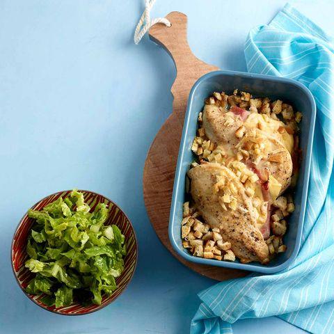 Hähnchenbrust à la Cordon bleu in Auflaufform mit Brotwürfeln bestreut