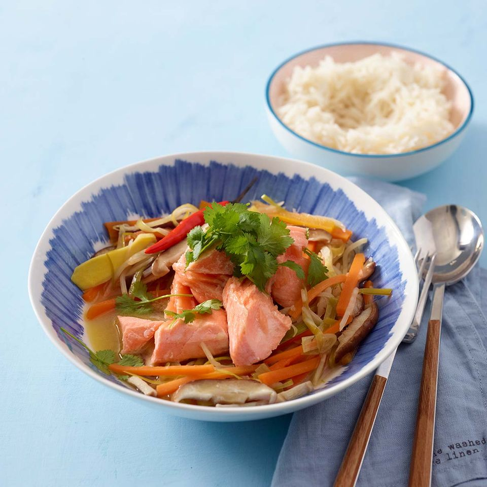 Lachs süßsauer mit Gemüse in Schüssel