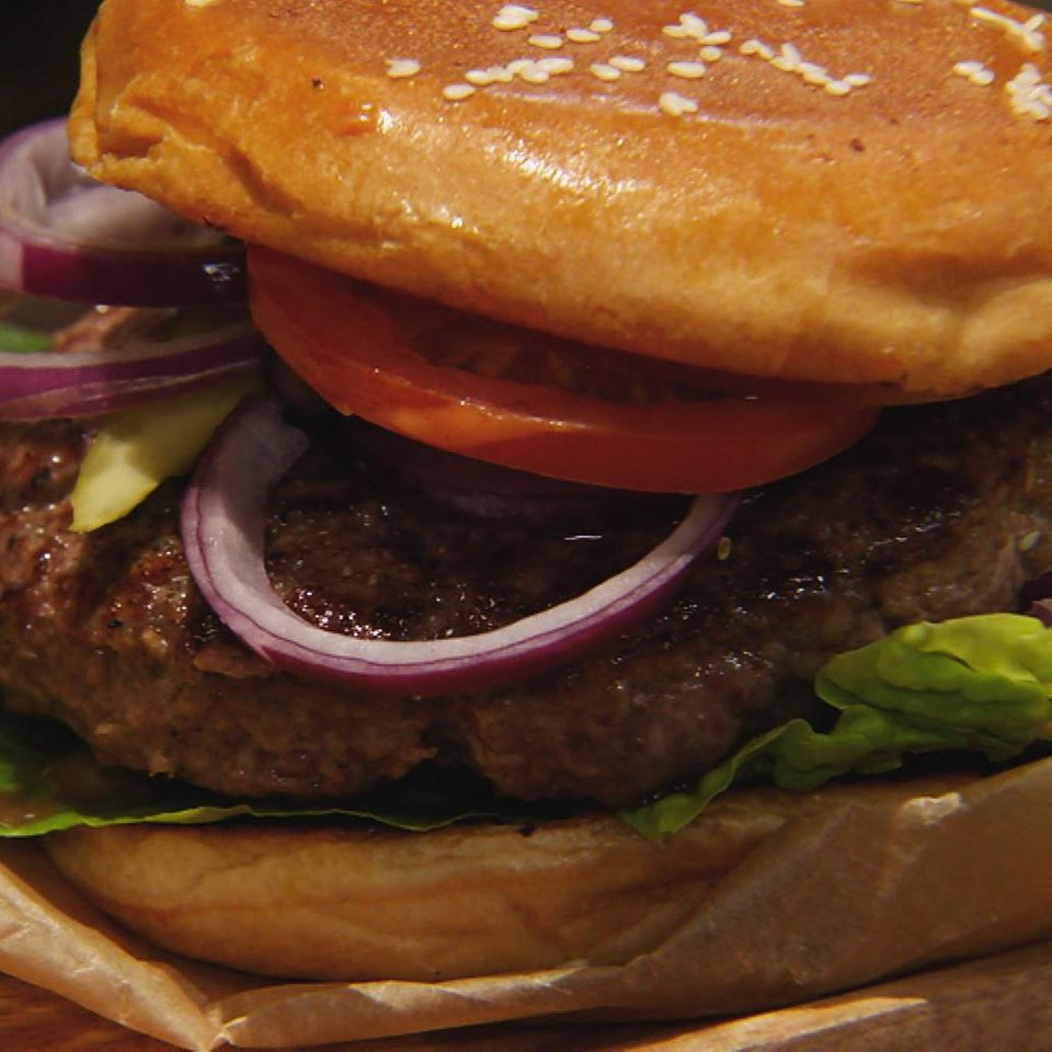 Klassischer Burger: Rezept aus der Kochshow essen & trinken Für jeden Tag