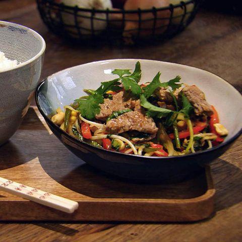 Schnelle Asia-Gemüsepfanne mit Schweinefilet: Rezept aus der Kochshow essen & trinken Für jeden Tag