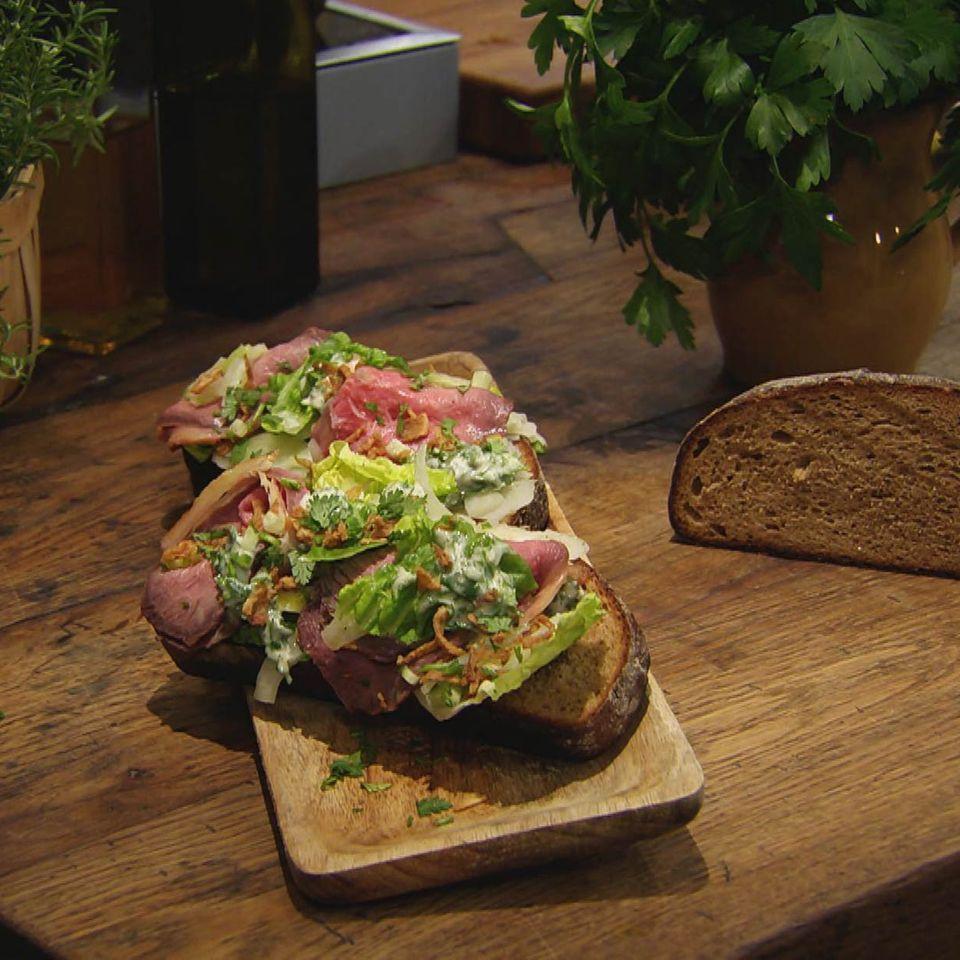 Smørebrød mit Roastbeef und Fenchelsalat: Rezept aus der Kochshow essen & trinken Für jeden Tag