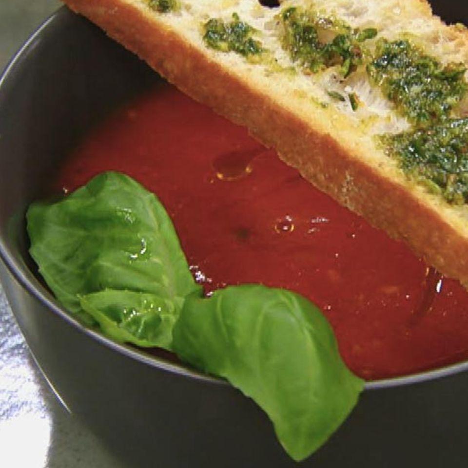 Tomaten-Orangensuppe mit Basilikum-Pesto: Rezept aus der Kochshow essen & trinken Für jeden Tag