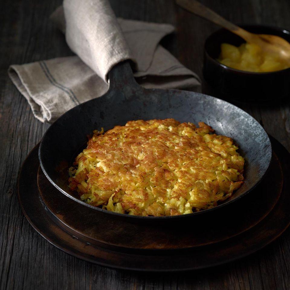 Klassisches Kartoffel-Rösti in der Pfanne