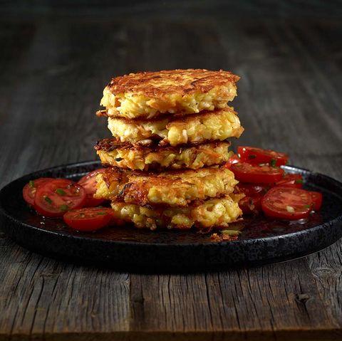 Kartoffel-Halloumi-Rösti mit Tomatensalat