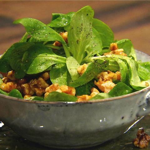 Feldsalat mit Walnuss-Honig-Vinaigrette: Rezept aus der Kochshow essen & trinken Für jeden Tag
