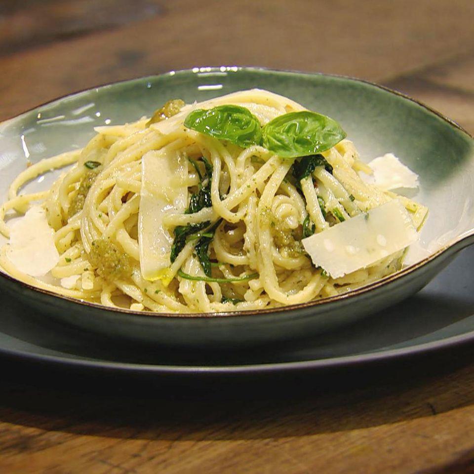 Linguine mit Baby-Spinat und hausgemachtem Walnuss-Pesto