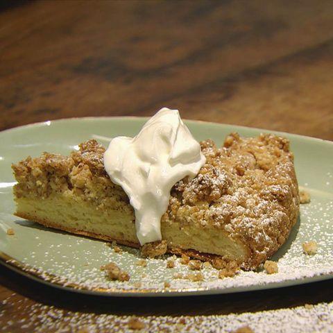Haselnuss-Streuselkuchen mit Hefeteig: Rezept aus der Kochshow essen & trinken Für jeden Tag