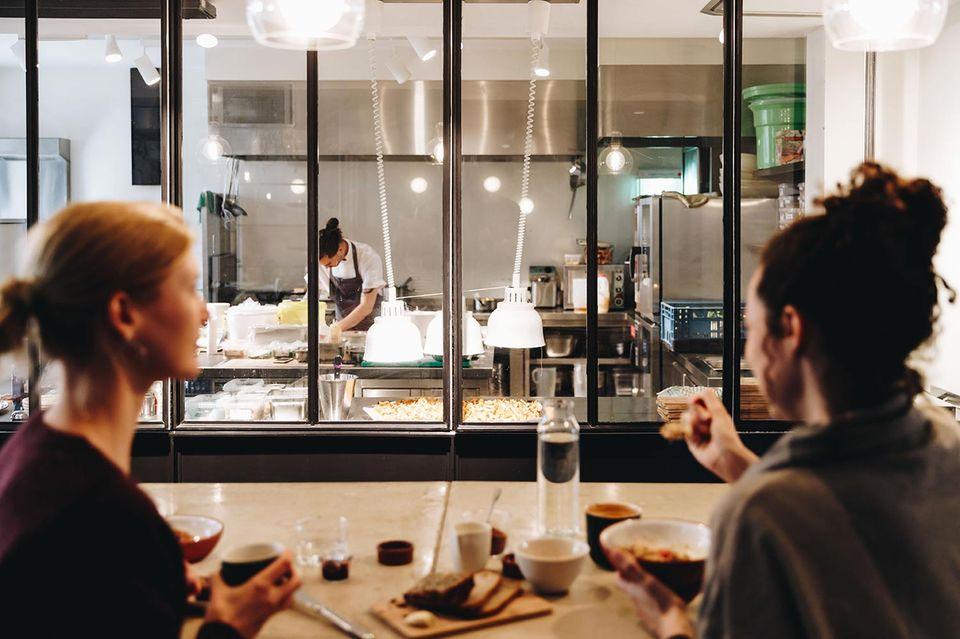HERMANN'S Eatery Berlin der Blick in die Küche