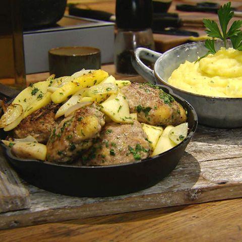"""Buletten """"Hacktäschli"""" mit Äpfeln und Birnen und Kartoffelpüree: Rezept aus der Kochshow essen & trinken Für jeden Tag"""
