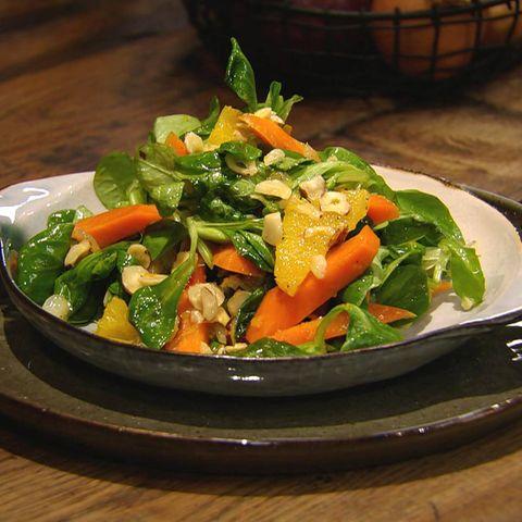 In Orangensaft marinierte Möhren mit Feldsalat: Rezept aus der Kochshow essen & trinken Für jeden Tag