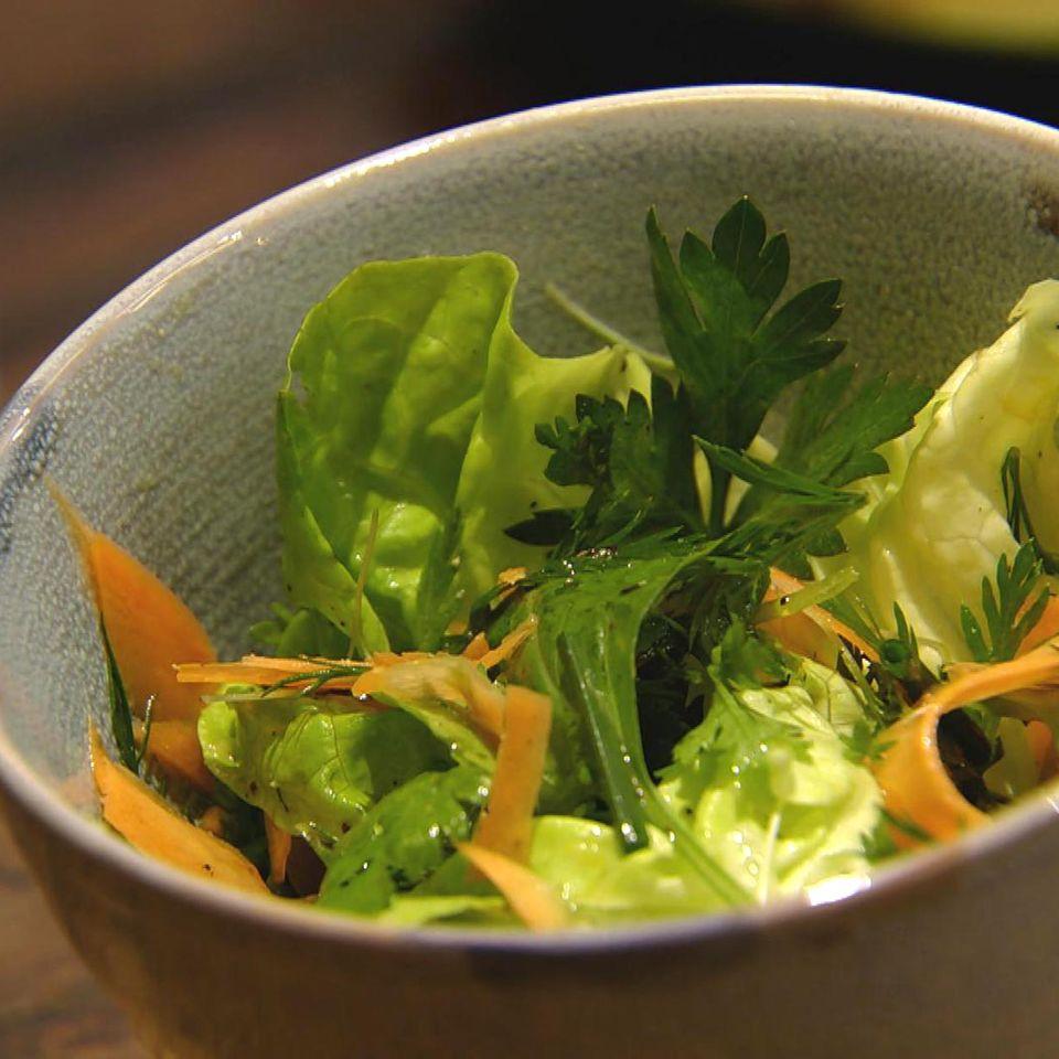 Kräutersalat mit Zitronen-Vinaigrette: Rezept aus der Kochshow essen & trinken Für jeden Tag