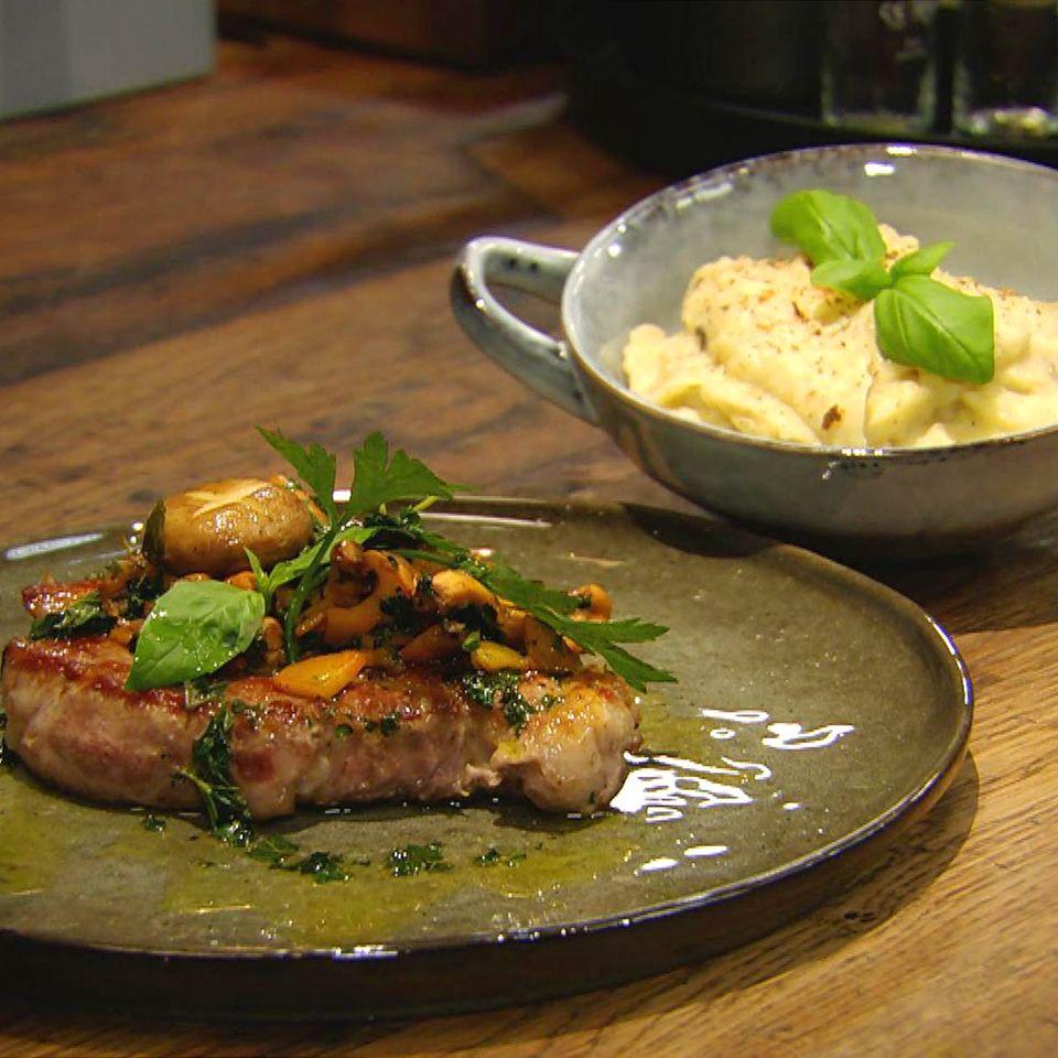 Schweinesteak mit Pfifferlingen und Haselnuss-Kartoffelstampf: Rezept aus der Kochshow essen & trinken Für jeden Tag