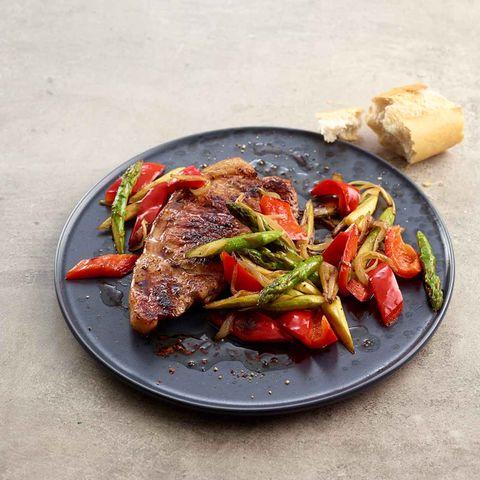 Schweinekotelett mit Gemüse und Baguette