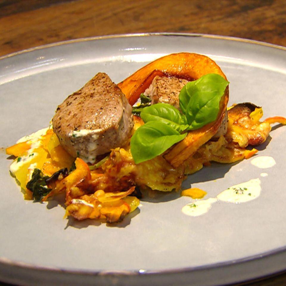Kartoffel-Kürbis-Gratin mit Schweine-Medaillons: Rezept aus der Kochshow essen & trinken Für jeden Tag