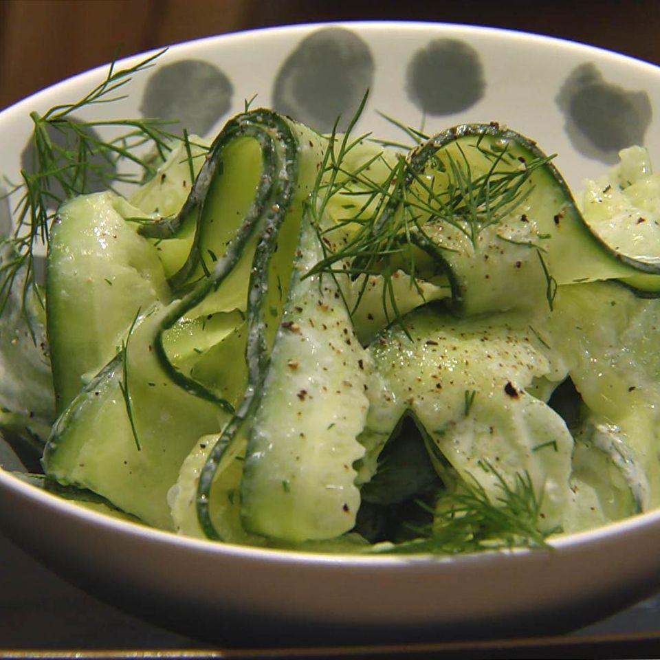 Klassischer Gurkensalat: Rezept aus der Kochshow essen & trinken Für jeden Tag