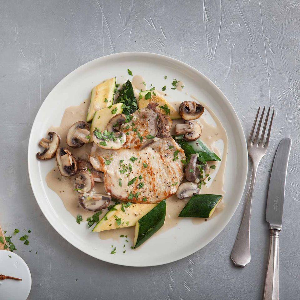 Kotelett mit Zucchini-Pilz-Gemüse und Rahmsauce