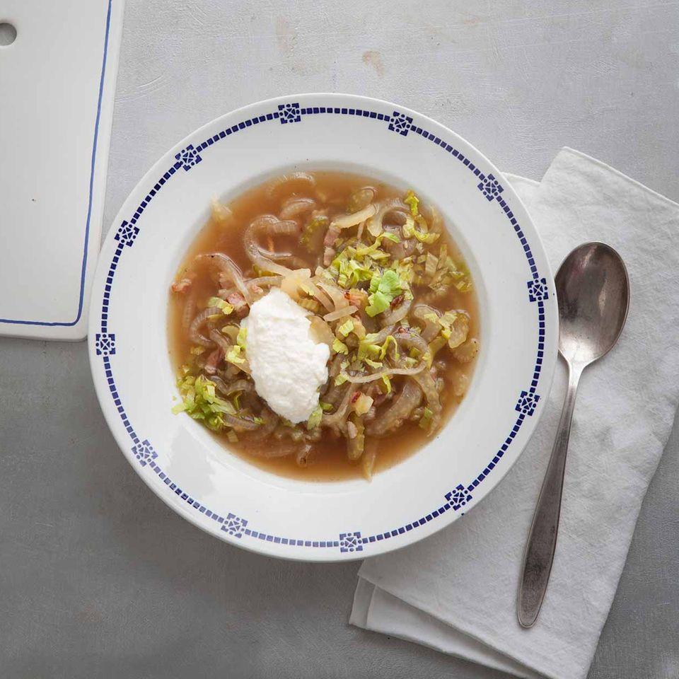 Zwiebelsuppe mit Speck und einem Klecks Creme legere