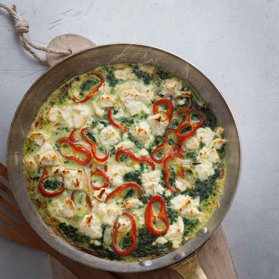Spinat-Frittata mit Schafskäse und Paprika in Pfanne