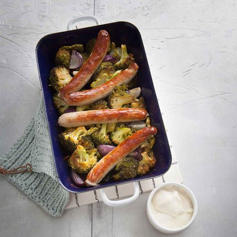 Bratwurst aus dem Ofen auf Brokkoli und Zwiebelgemüse