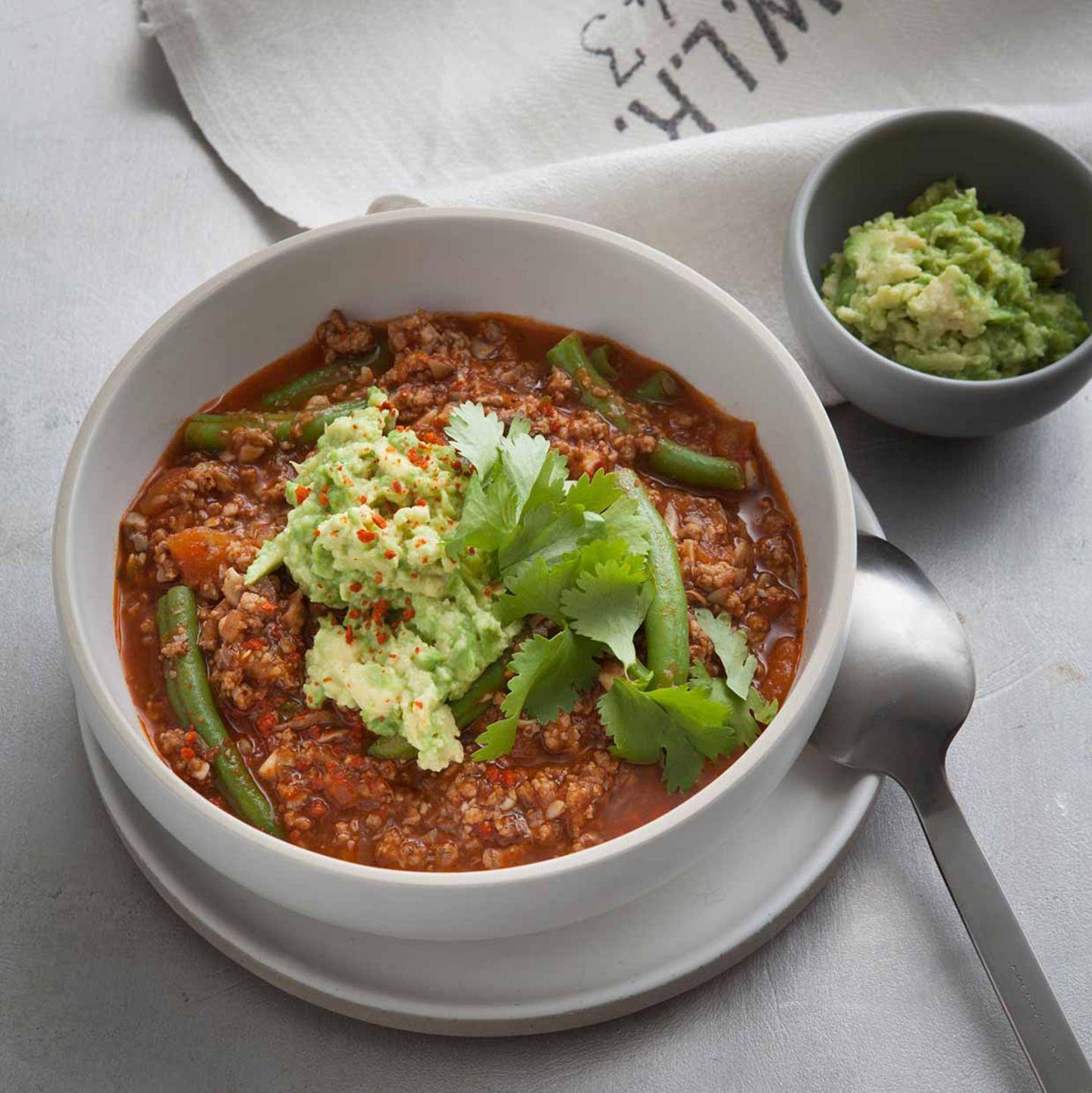 Chili con Carne mit Avocadocreme, Bohnen und Koriander