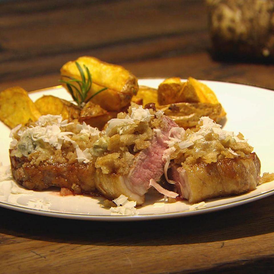Rumpsteak mit Haube und Kartoffelecken: Rezept aus der Kochshow essen & trinken Für jeden Tag