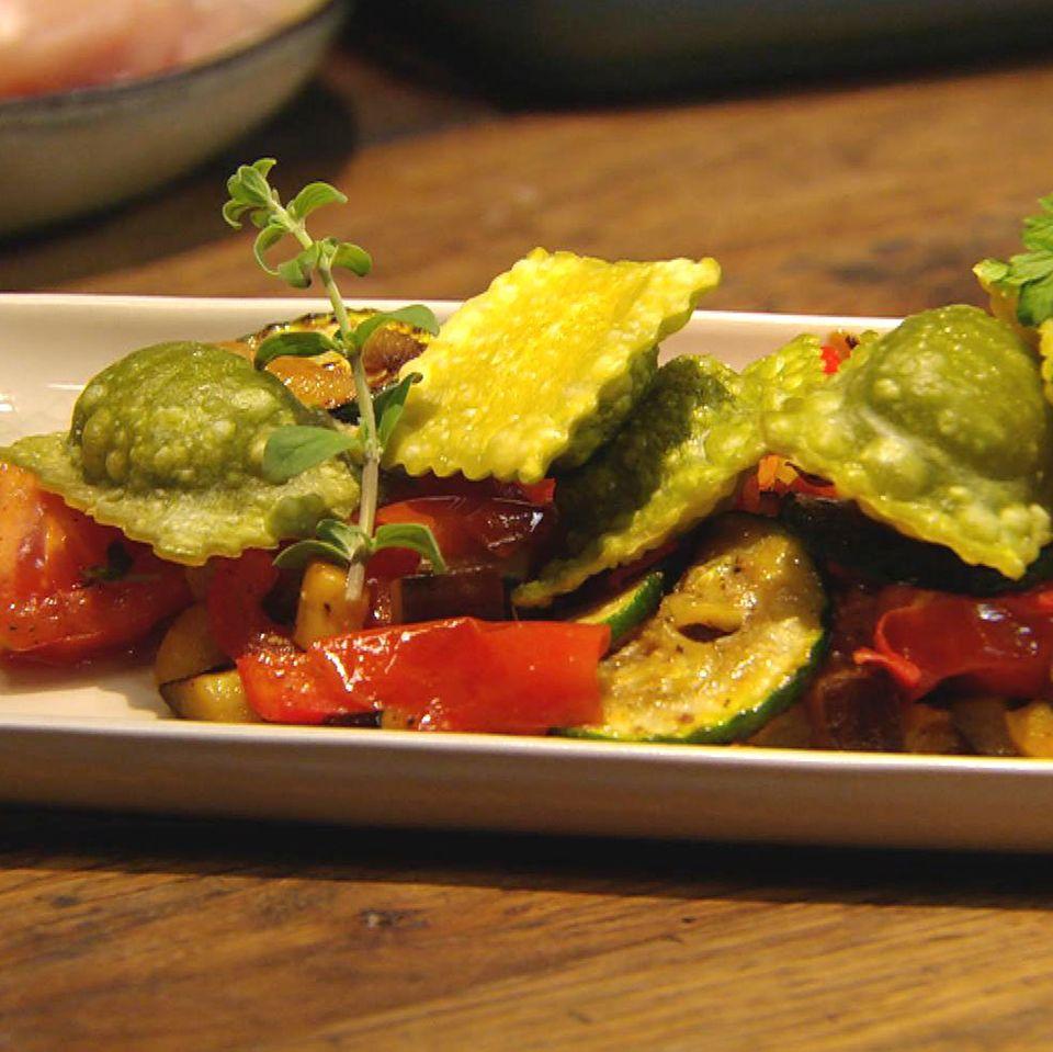 Knusper-Ravioli auf Gemüsebett: Rezept aus der Kochshow essen & trinken Für jeden Tag