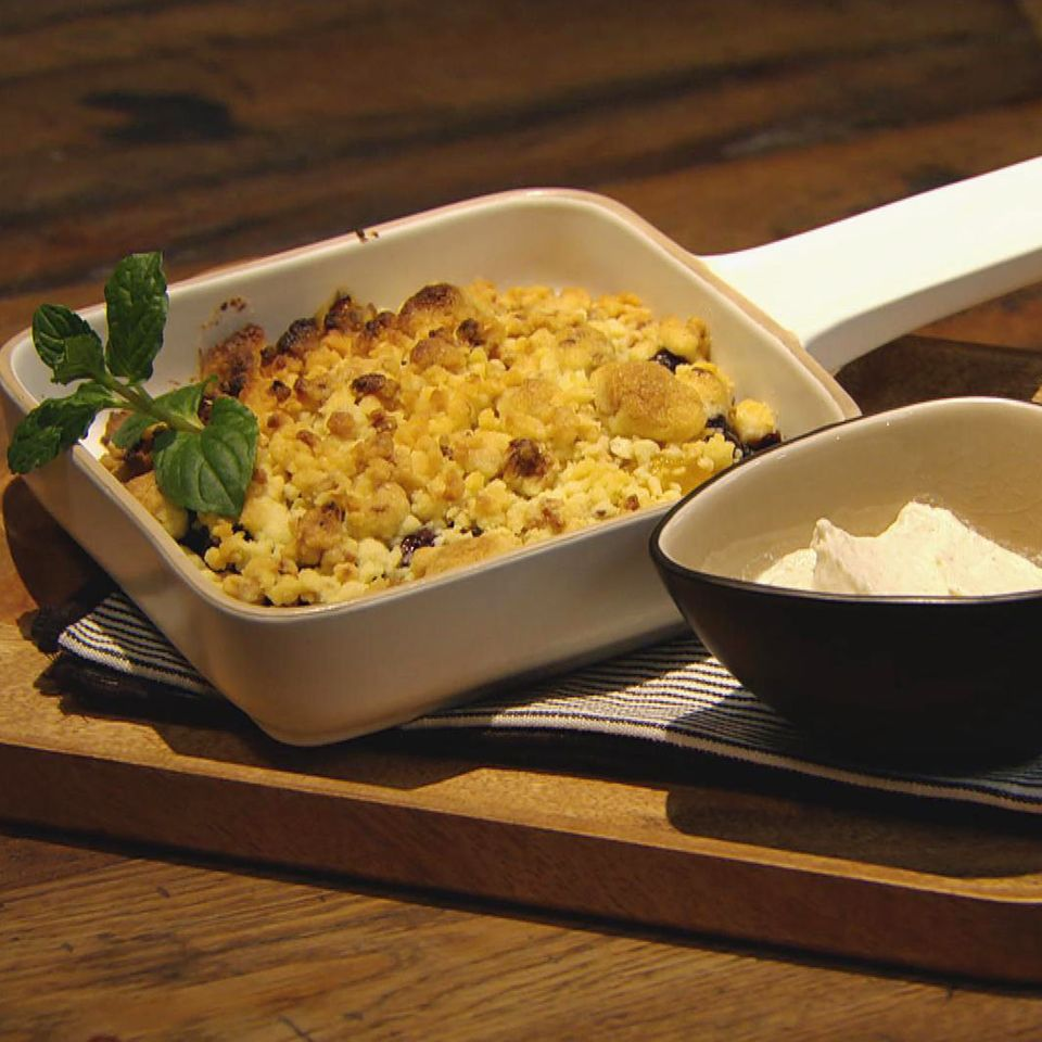 Sommerfrüchte mit knusprigen Streuseln: Rezept aus der Kochshow essen & trinken Für jeden Tag