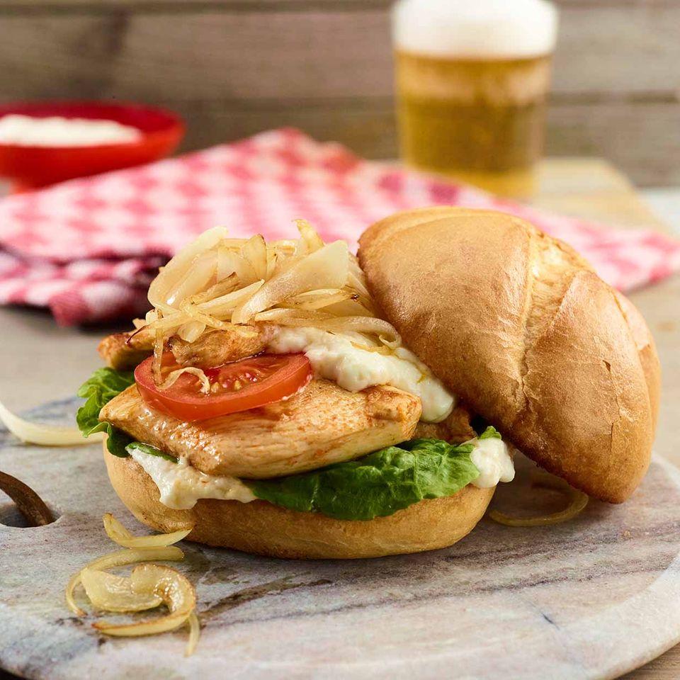 Caesar's Burger mit Hähnchen, Salat und Zwiebeln