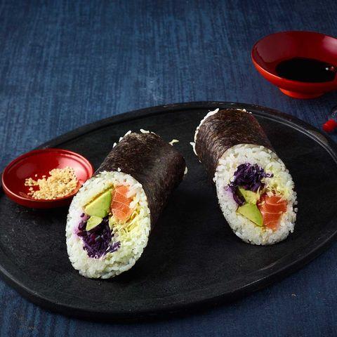 Sushirrito gefüllt mit Lachs, Avocado und Rotkohl