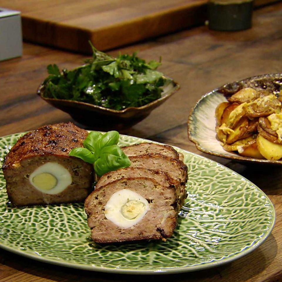 Falscher Hase mit Ei und Bratkartoffeln: Rezept aus der Kochshow essen & trinken Für jeden Tag