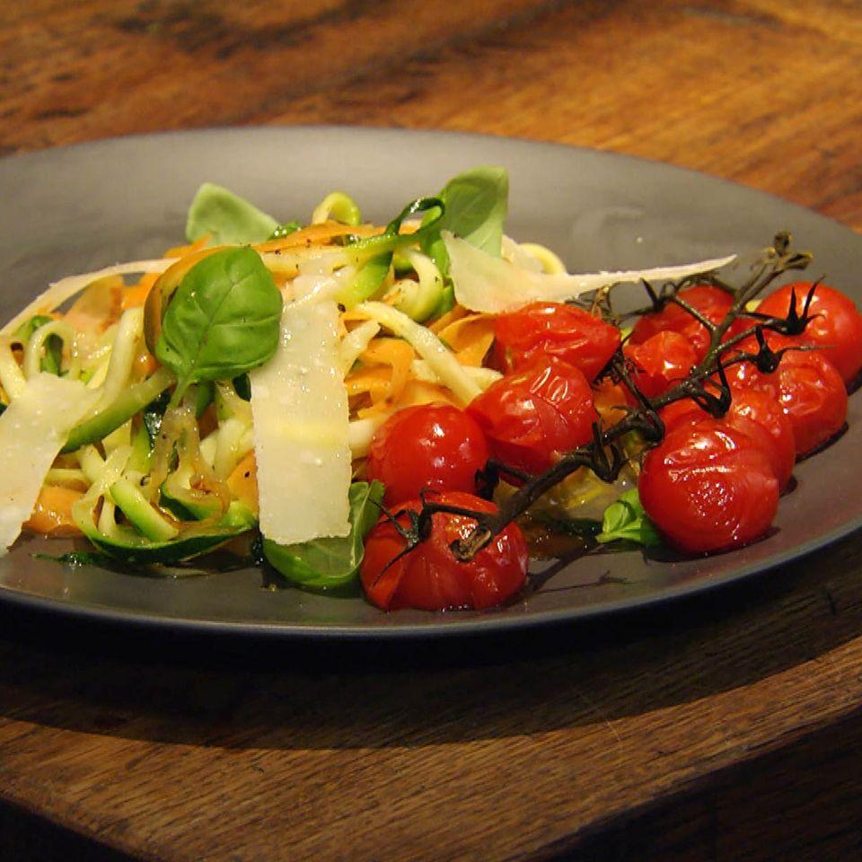Gemüsenudeln mit Schmortomaten: Rezept aus der Kochshow essen & trinken Für jeden Tag