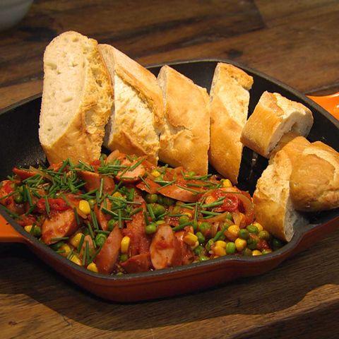 Chili con Würstchen mit Baguette: Rezept aus der Kochshow essen & trinken Für jeden Tag