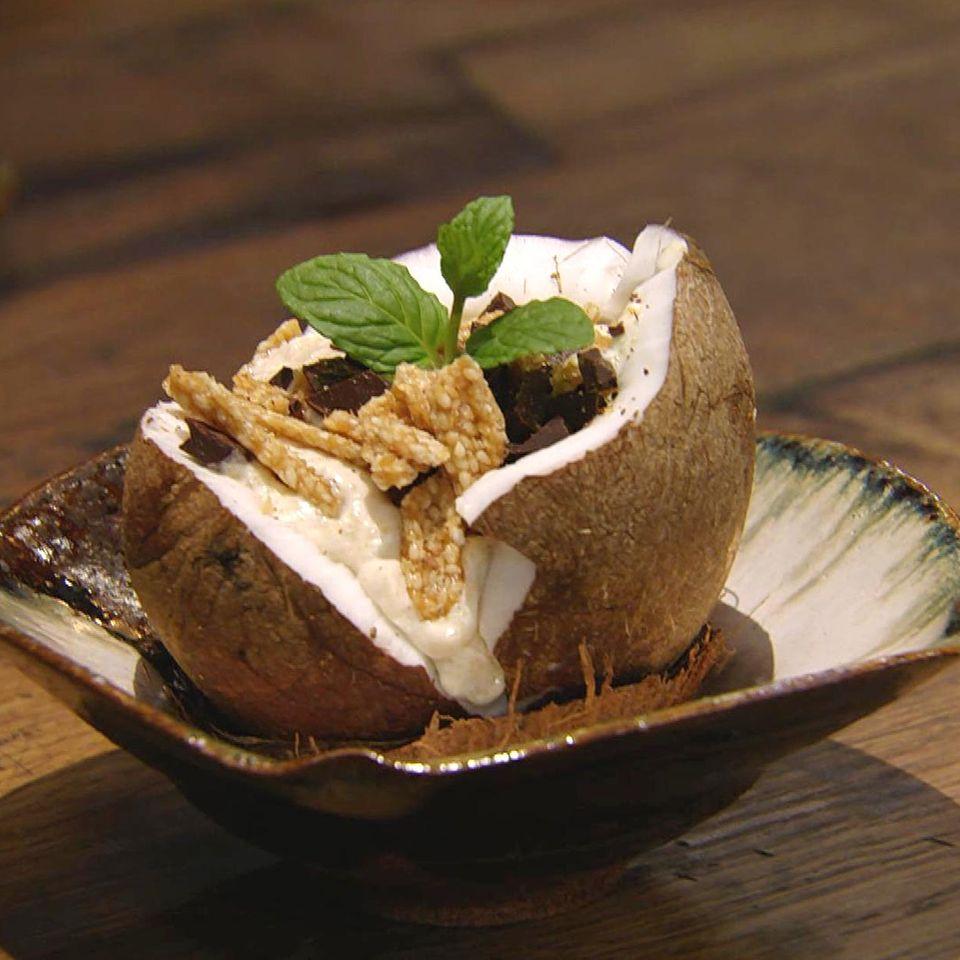 Kokos-Grießbrei mit Schoko-Sesamkrokant: Rezept aus der Kochshow essen & trinken Für jeden Tag