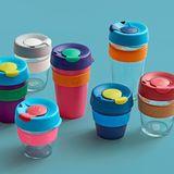 wiederverwendbare Togo-Becher, keep cup, aus Glas und Kunststoff, bunt