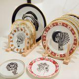 vintage Porzellan mit kreativen Totenköpfen tätowiert,