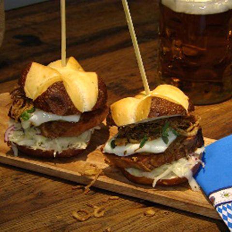 Leberkäse-Burger mit Spiegelei: Rezept aus der Kochshow essen & trinken Für jeden Tag