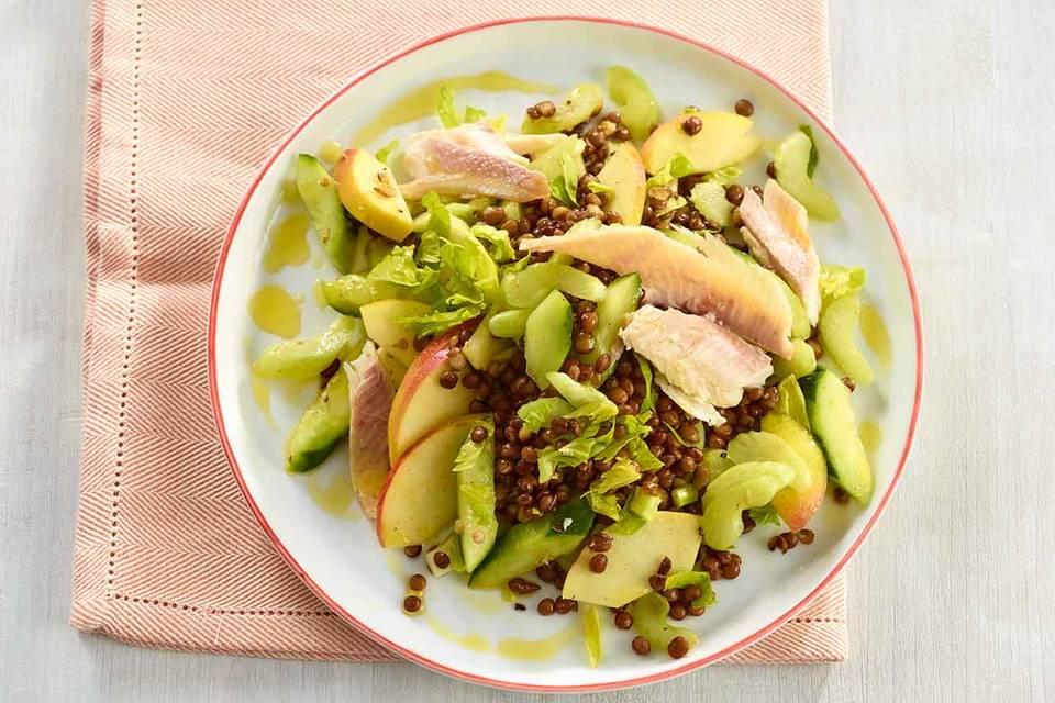 Linsen-Gurken-Salat mit geräucherter Forelle Rezept