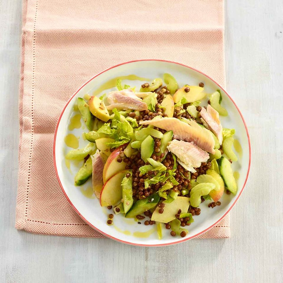 Linsen-Gurken-Salat mit geräucherter Forelle und Apfel