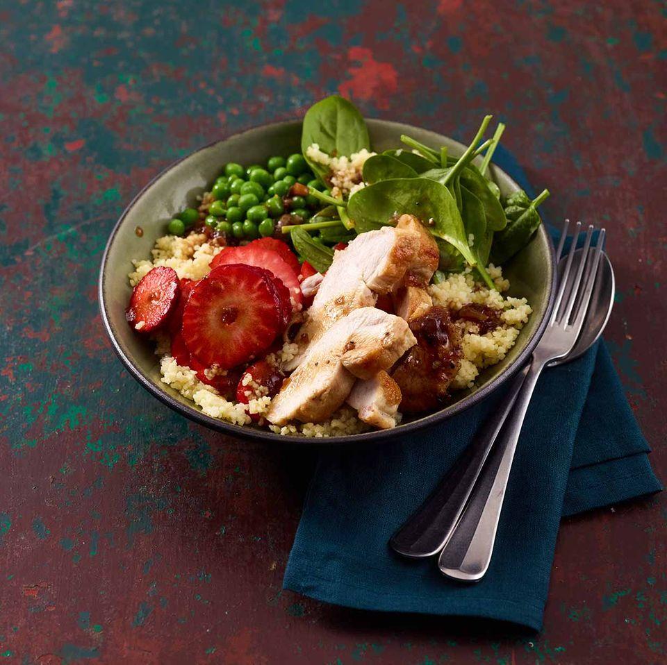Hähnchen-Couscous-Bowl mit Erdbeeren, Erbsen und Babyspinat