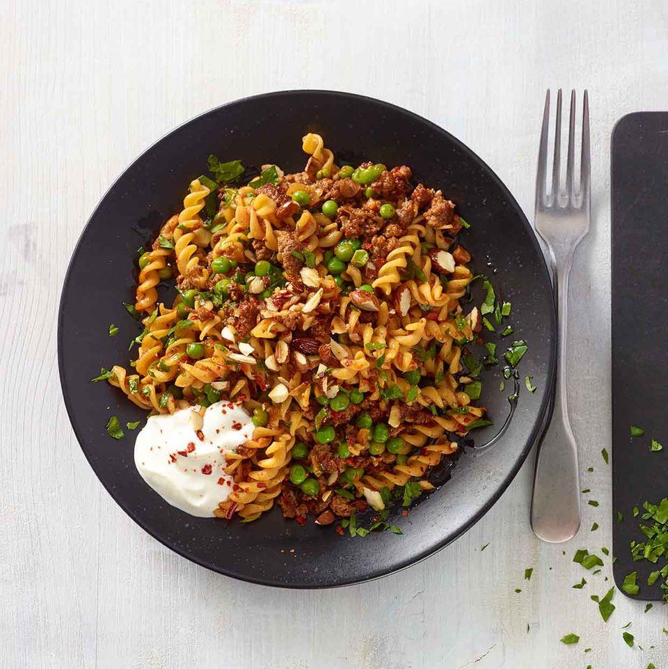 Orientalische Kichererbsen-Pasta mit Hack, Datteln und Erbsen
